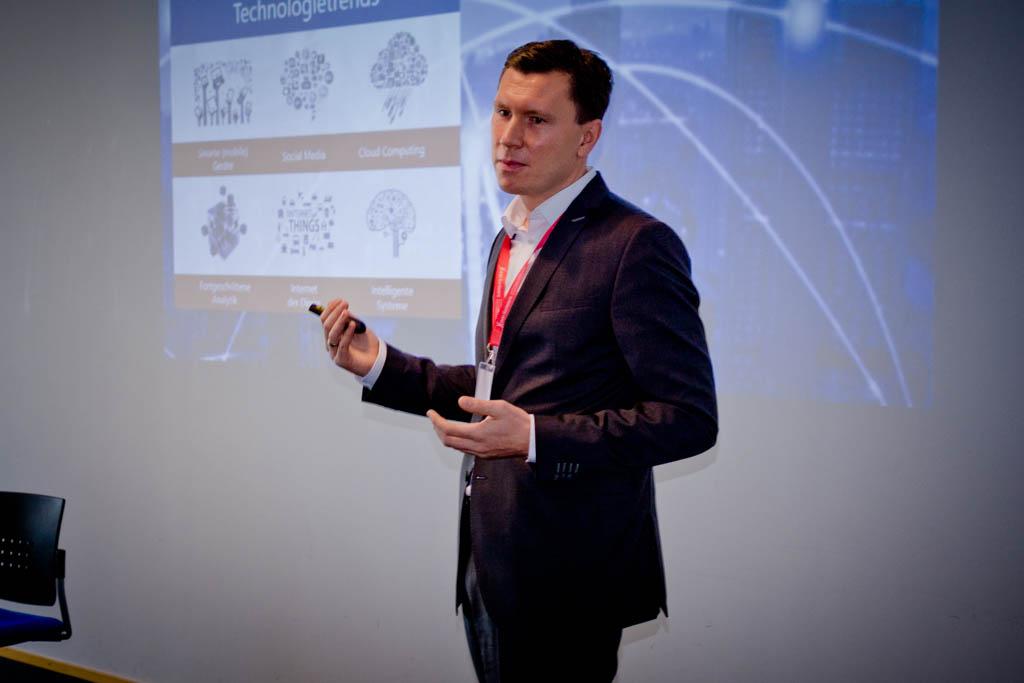 """Prof. Dr. Nils Urbach (Universität Bayreuth) """"IT-Management im Zeitalter der Digitalisierung"""" Vortrag Track 2"""