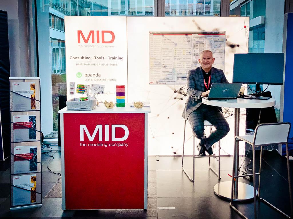 Aussletter im Foyer - MID GmbH